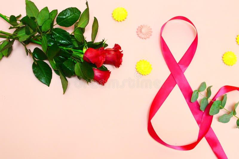 Fiori rossi su un fondo rosa con lo spazio della copia immagine stock libera da diritti