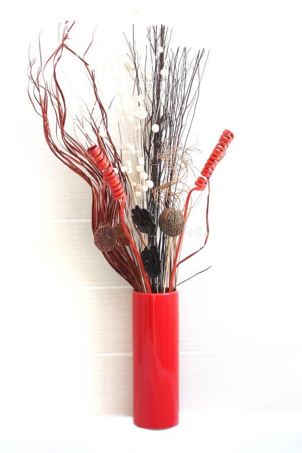 Fiori secchi in vaso rosso fotografie stock libere da diritti