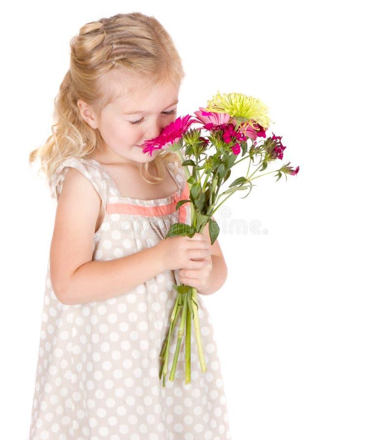 Fiori sententi l'odore della bambina fotografie stock