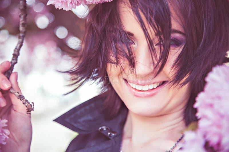 Fiori sorridenti della molla e della donna nel colore rosa immagine stock