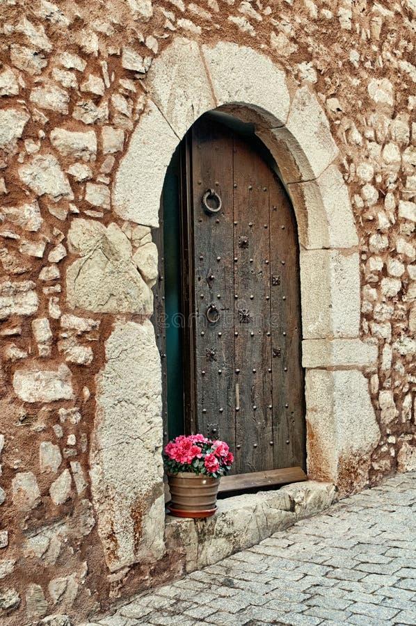 Fiori su un gradino della porta, Collbato, Spagna immagini stock