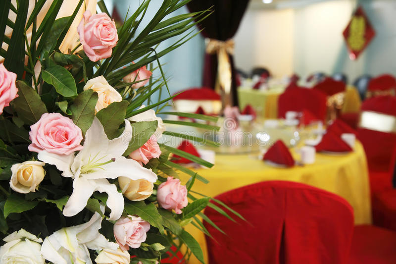 Fiori sul banchetto di cerimonia nuziale. fotografia stock libera da diritti
