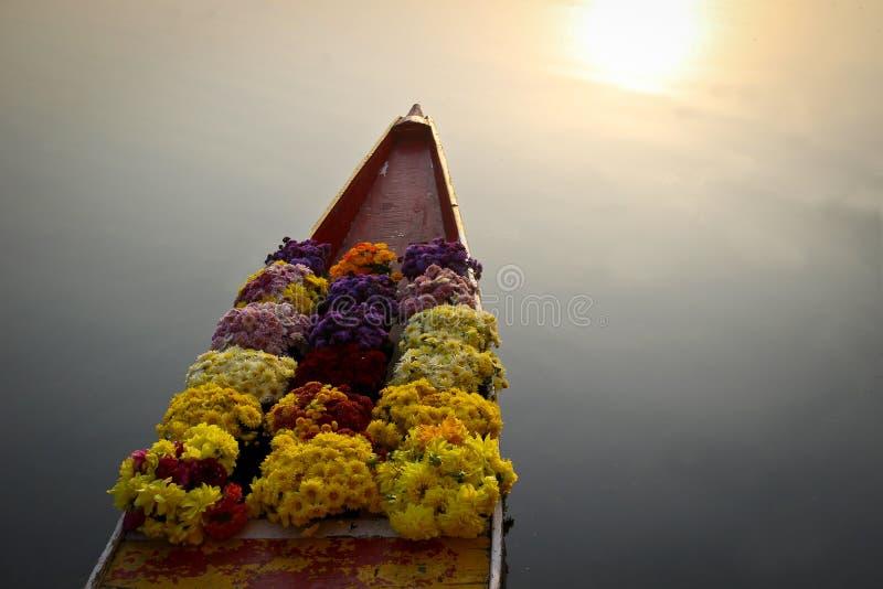 Fiori sulla barca al mercato di galleggiamento fotografie stock