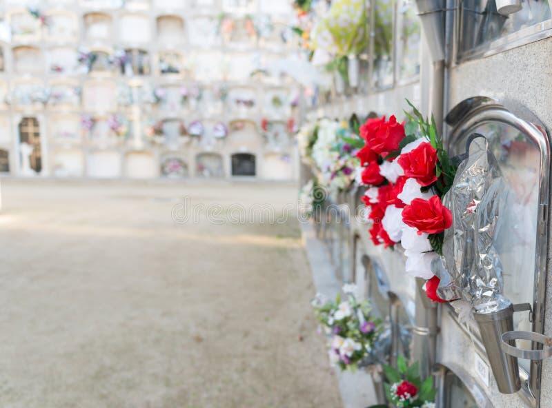 Fiori in un cimitero immagini stock libere da diritti