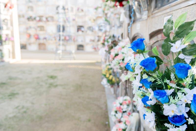 Fiori in un cimitero immagine stock