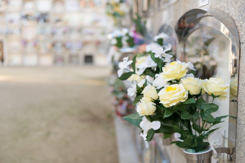 Fiori in un cimitero fotografia stock