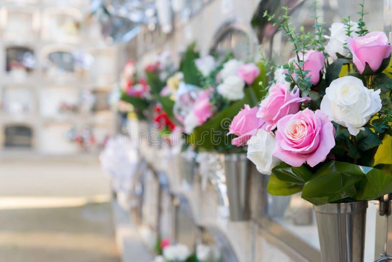 Fiori in un cimitero immagini stock
