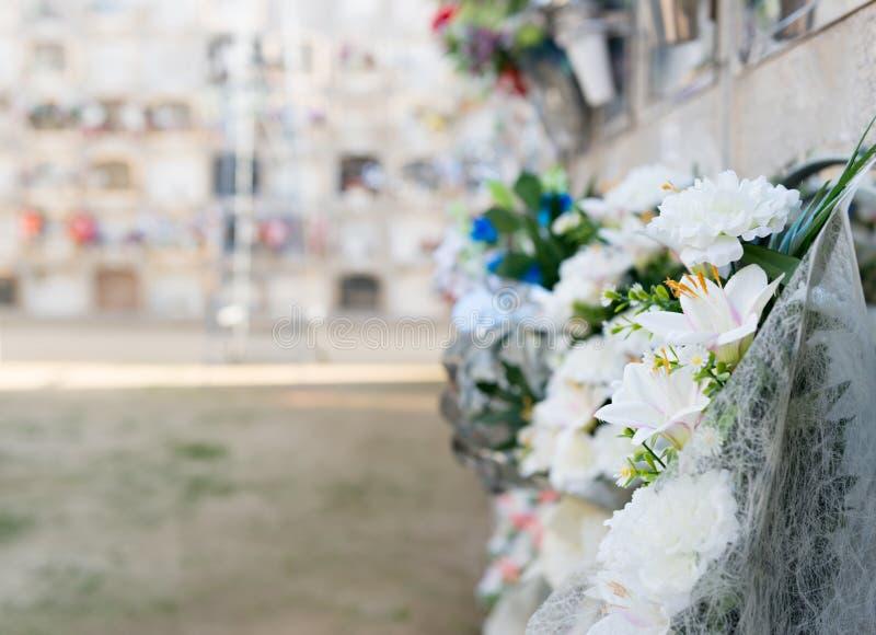 Fiori in un cimitero fotografie stock