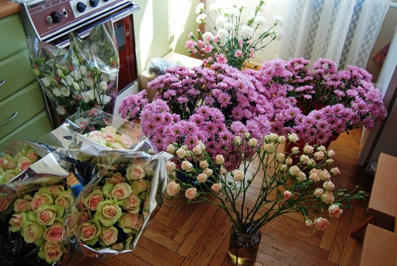 Fiori in un laboratorio di fioraio per congegni floreali Roses, crisantemi, Eustoma fotografia stock