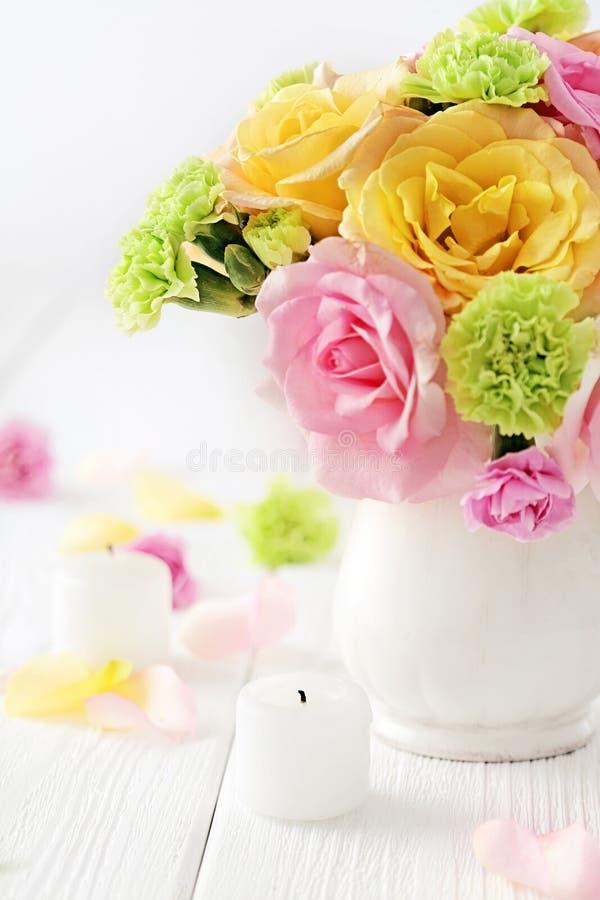 Fiori in un vaso fotografie stock libere da diritti