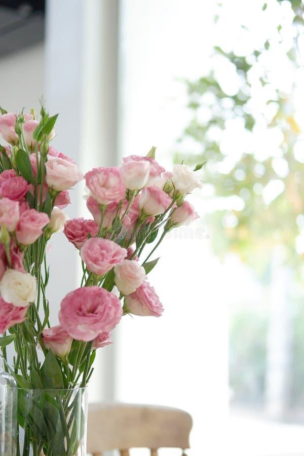 fiorisca nella sala sul interi moderno dei bei fiori di davanzale immagini stock