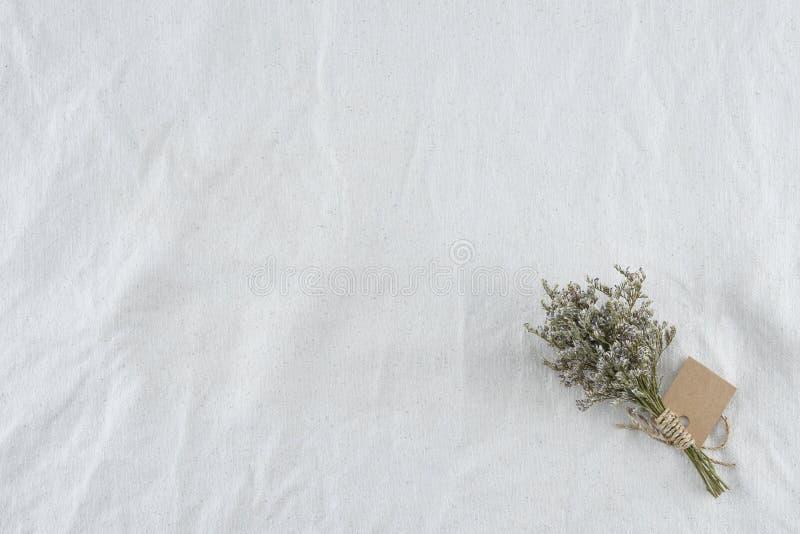 Fiorisce il mazzo sul tessuto bianco della mussola fotografia stock