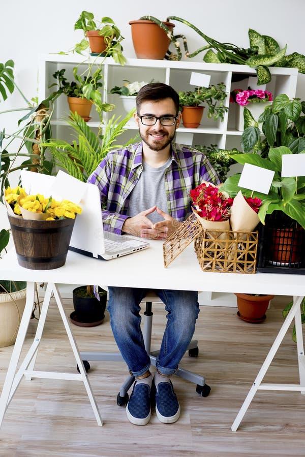 Fiorista maschio con i fiori fotografia stock libera da diritti