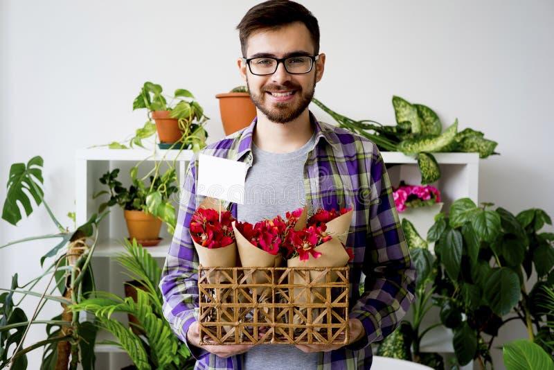 Fiorista maschio con i fiori fotografia stock