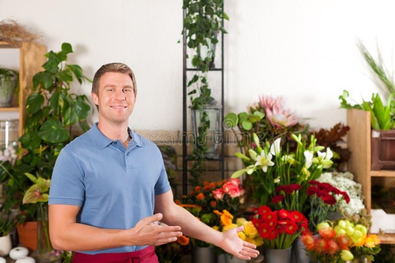 Fiorista nel negozio di fiore fotografia stock libera da diritti