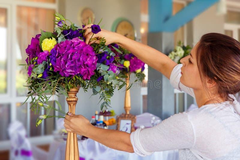 Fiorista sul lavoro Donna che rende a molla le decorazioni floreali il wedd fotografie stock libere da diritti