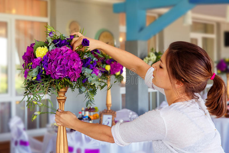 Fiorista sul lavoro Donna che rende a molla le decorazioni floreali il wedd fotografia stock libera da diritti
