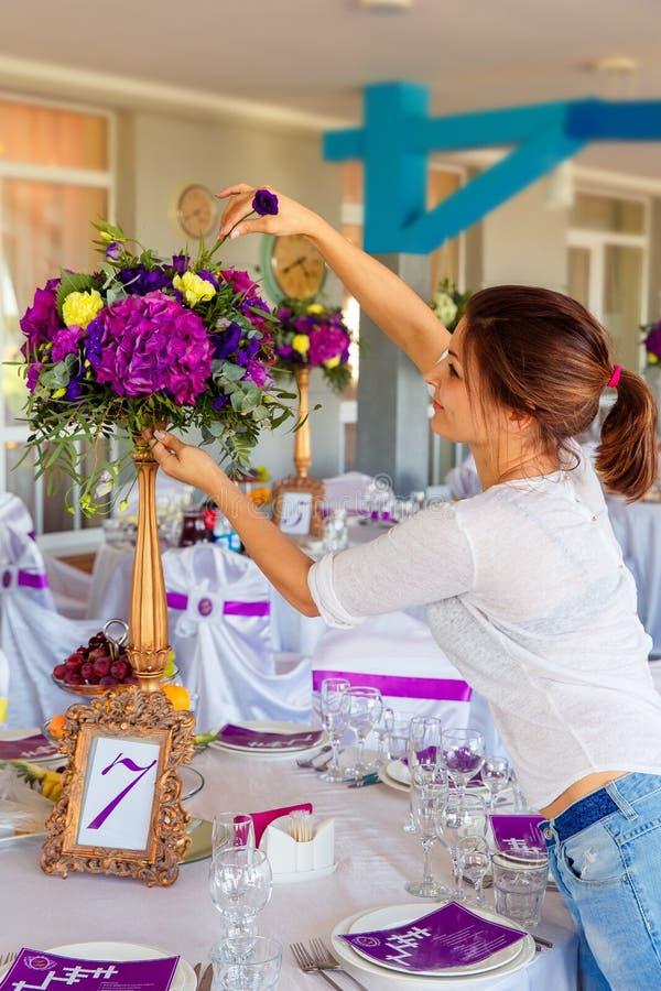 Fiorista sul lavoro Donna che rende a molla le decorazioni floreali il wedd immagine stock