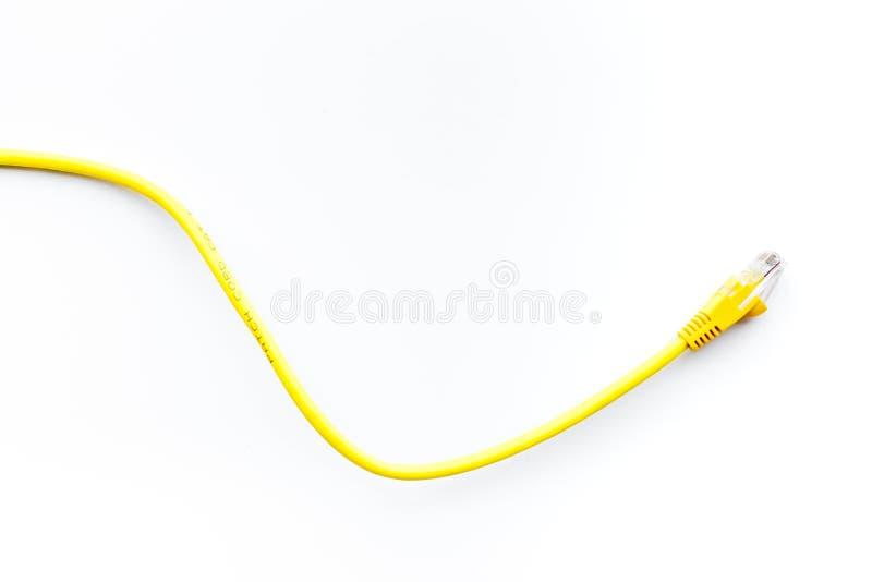 Fios amarelos da rede com pontas no copyspace branco da opinião superior do fundo foto de stock royalty free