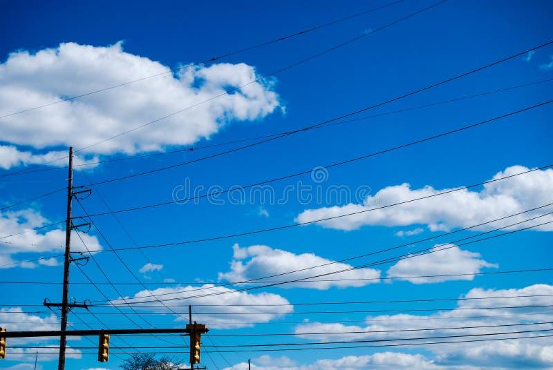 Fios bondes no céu azul fotografia de stock