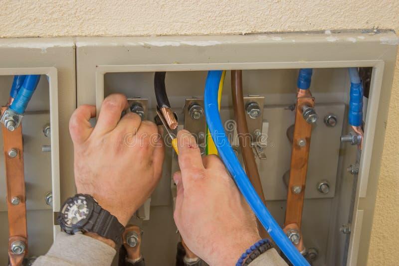 Fios de conexão do eletricista no armário bonde 2 foto de stock