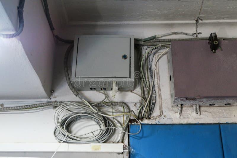 Fios do Internet metal a caixa com equipamento para o Internet a sete chaves imagens de stock royalty free