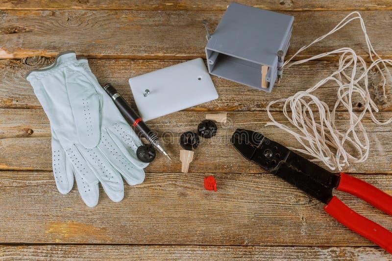 Fios elétricos que amarram a isolação dos alicates do cortador dos cabos fotografia de stock