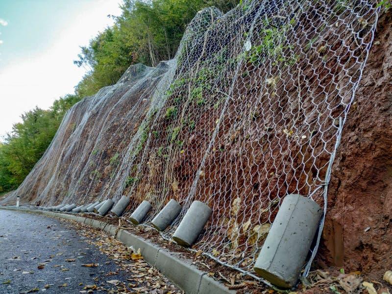 Fios líquidos para reduzir o risco e prevenir os danos causados às rochas que caiam na estrada e causam acidentes imagens de stock