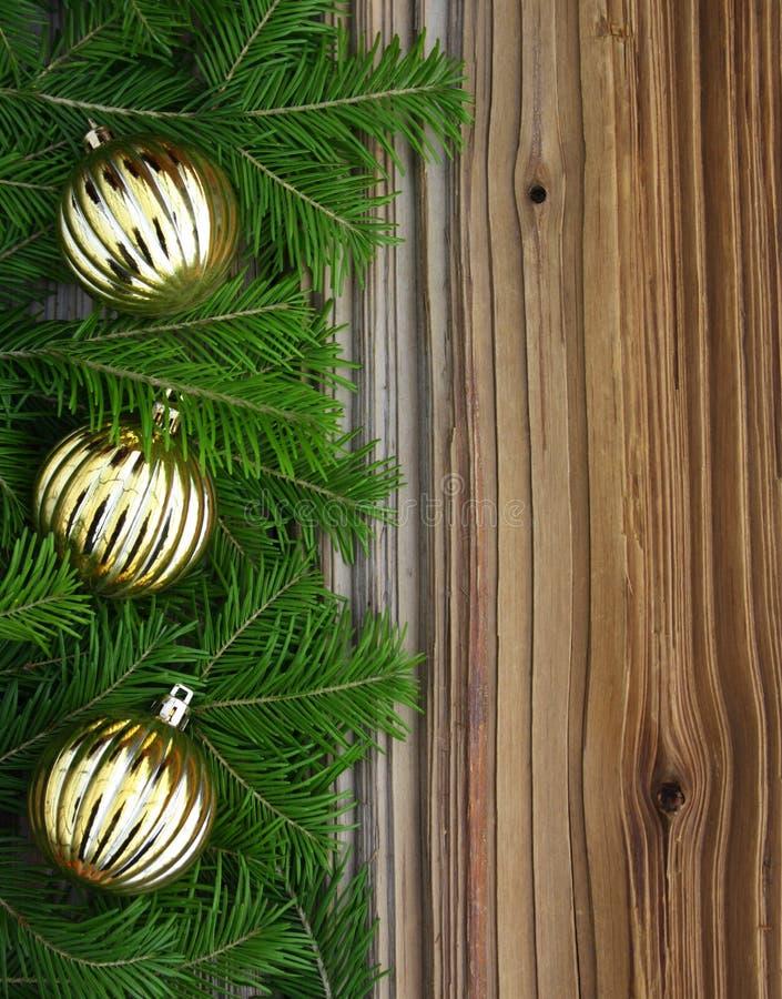 Fir-tree рождества с baubles на предпосылке стоковые изображения rf