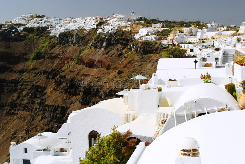 Fira村庄风景-山景,希腊白色房子 免版税图库摄影