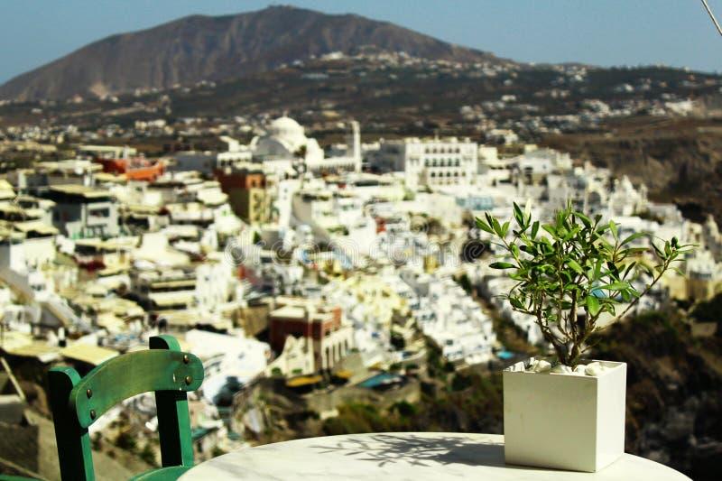 Fira村庄风景-白色桌和一个花瓶花 图库摄影