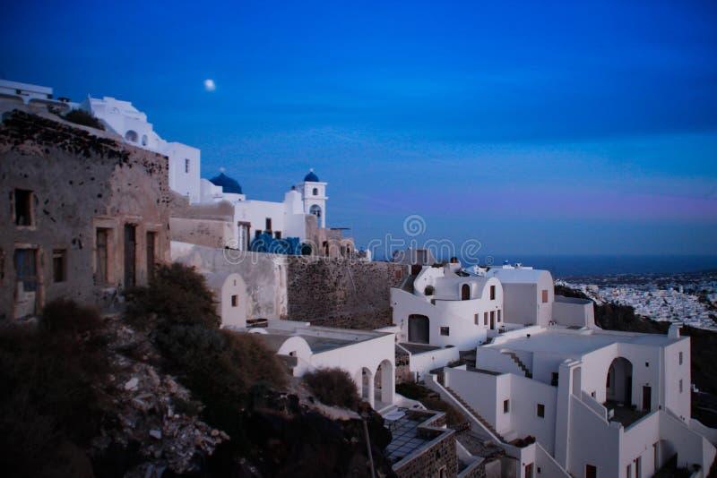 Fira白色在圣托里尼海岛上的在光的晚上 免版税图库摄影