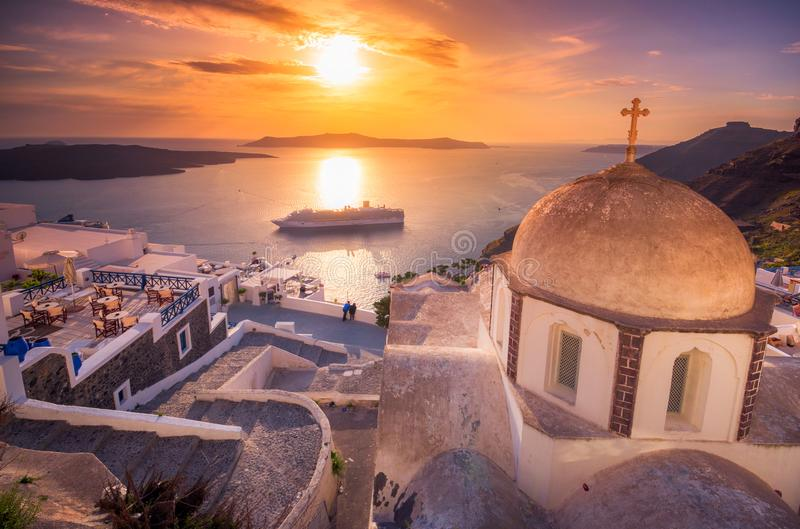 Fira,破火山口,圣托里尼,有游轮的希腊火山惊人的晚上视图在日落 免版税图库摄影