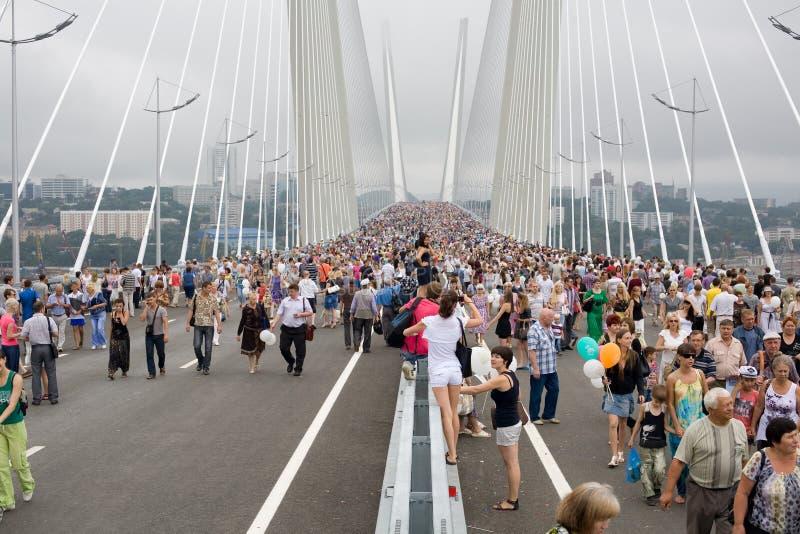 Fira öppningen av bron i Vladivost royaltyfri bild