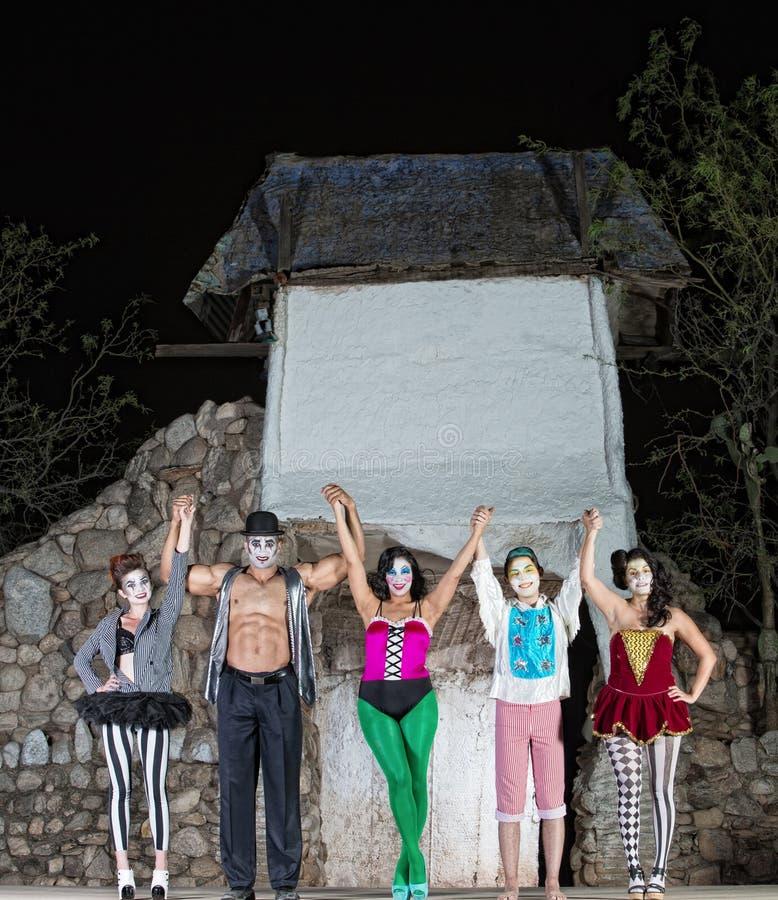Fira Cirque aktörer royaltyfri foto