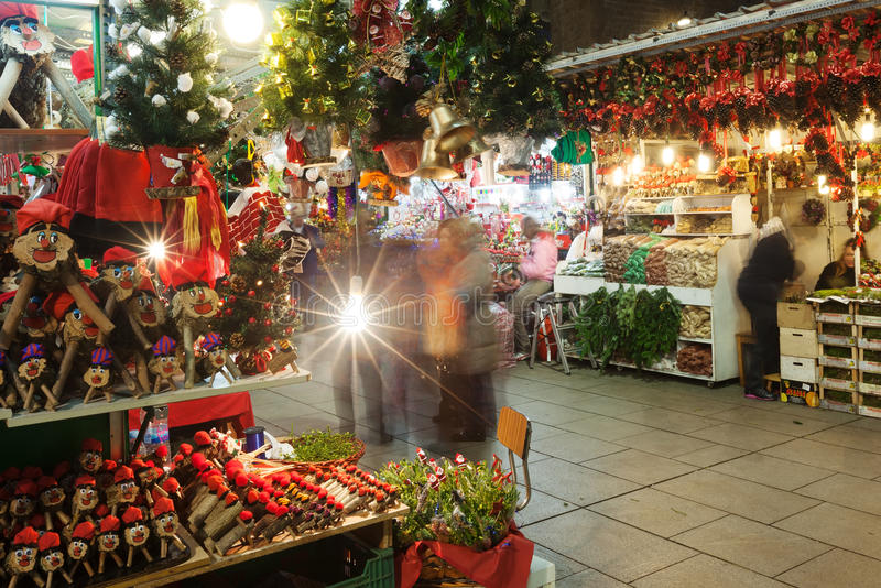 Fira de Santa Llucia - jul marknadsför nära domkyrka. Barcelon royaltyfri fotografi