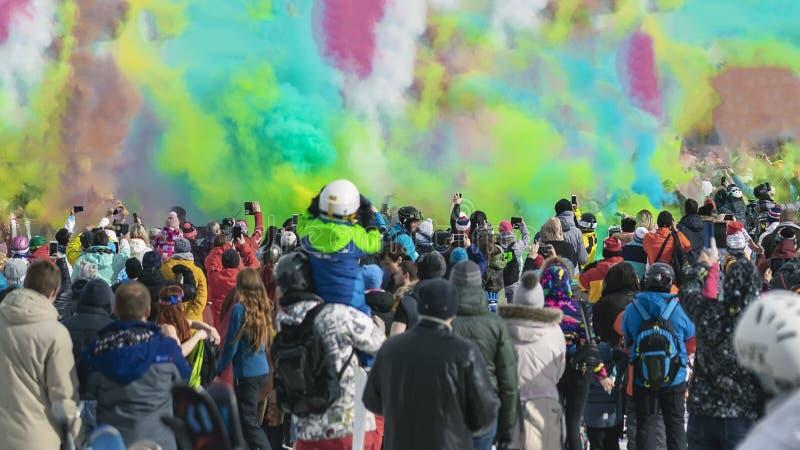 Fira den vinterHoli festivalen F?rgrik pulverexplosion Konturer av oigenkännligt folk tillbaka till oss som skjuter arkivbilder