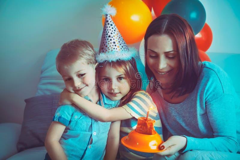 Fira f?delsedag f?r lycklig familj arkivfoto