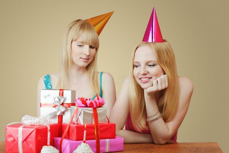fira flickor två för födelsedag arkivbild