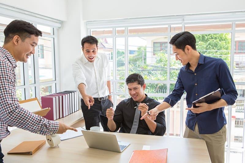 fira framgång Affärslaget firar ett bra jobb i kontoret asiatiskt folk Affärssucces på mobiltelefonen och datoren royaltyfria bilder