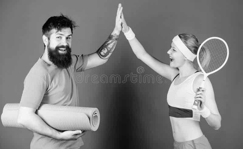 fira framg?ng Stark muskler och kropp Lycklig kvinna och sk?ggig mangenomk?rare i idrottshall Idrotts- framg?ng sport royaltyfria bilder