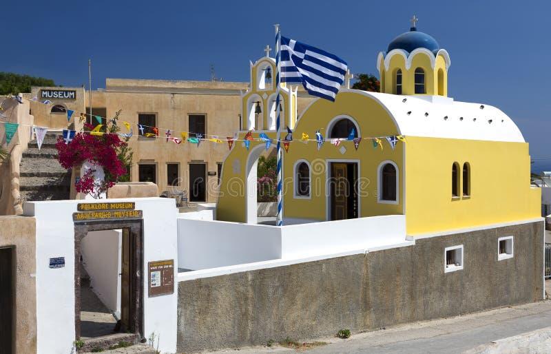 Fira, Grécia - 19 de junho de 2019: Construções do museu do folclore em Fira, Santorini imagens de stock
