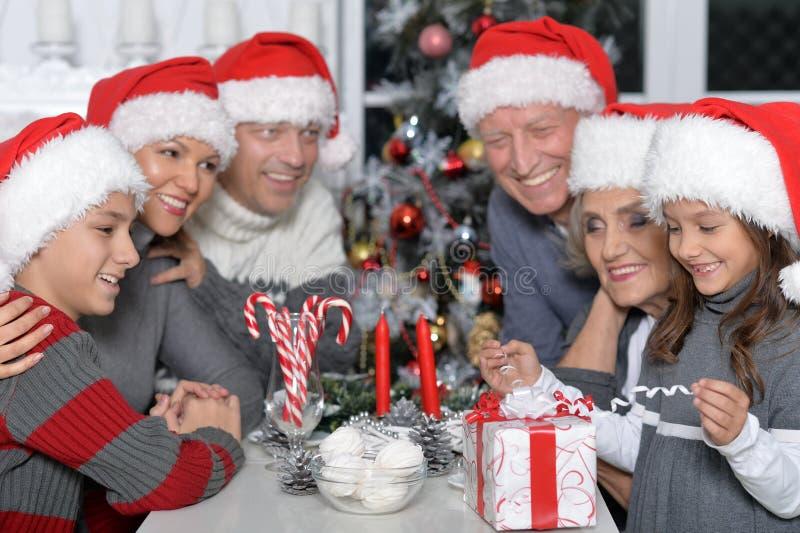 Fira jul för familj arkivbilder