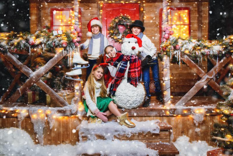 Fira jul i gård arkivbild