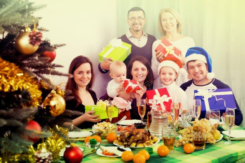 Fira jul i stor familj royaltyfria bilder