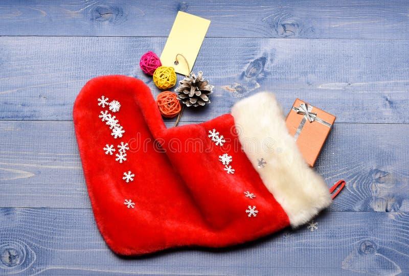 Fira jul Innehåll av att lagerföra för jul Små objekt som lagerför stuffers eller små julgåvor för utfyllnadsgods royaltyfria foton