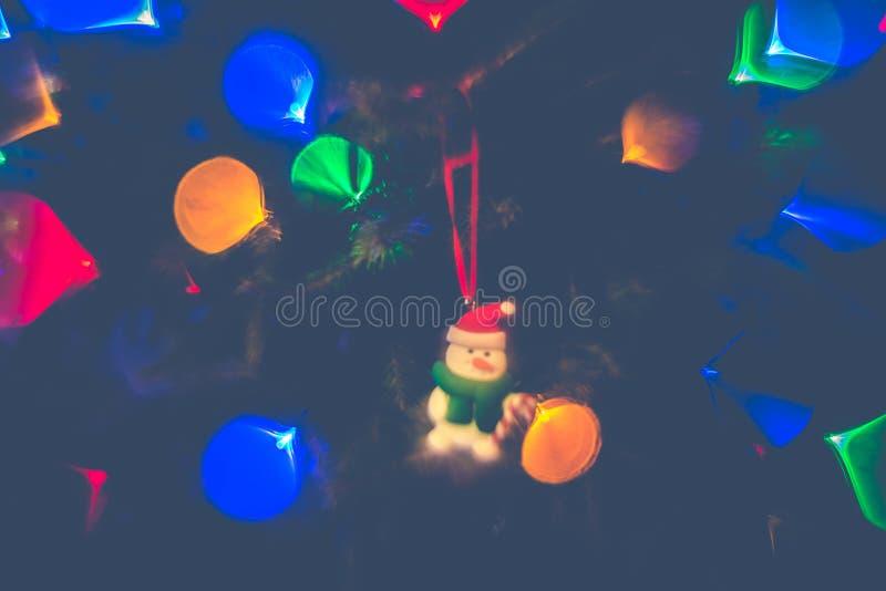 Fira jul, leksaken och ljus royaltyfria foton