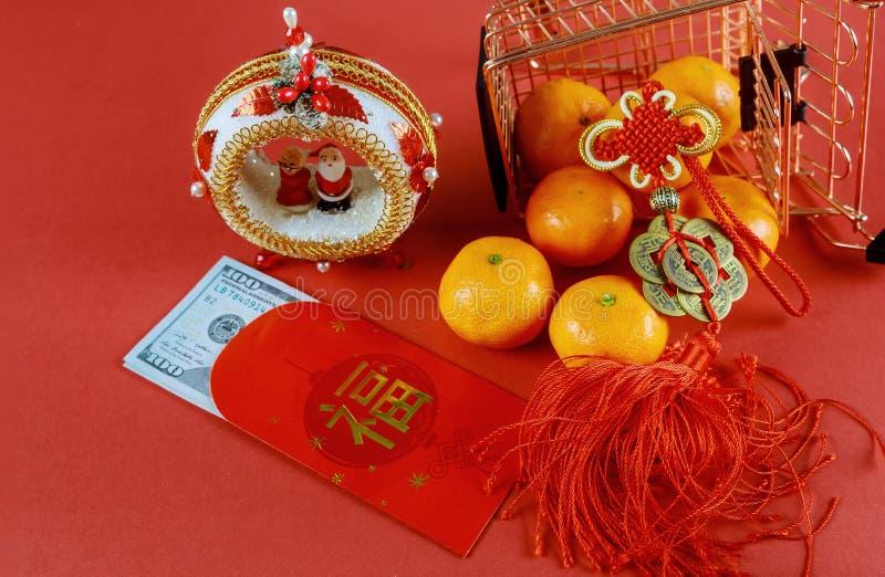 Fira kinesisk nyårsbakgrund med orange frukt och röd kuvert Ang Pau för U S-pengar arkivfoton