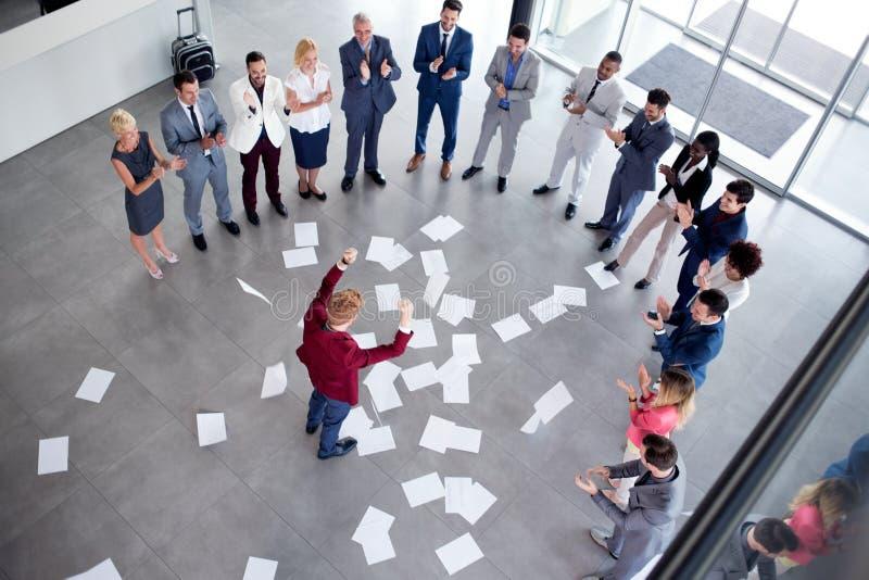 Fira ledaren för lyckad teamwork med anställda arkivfoton