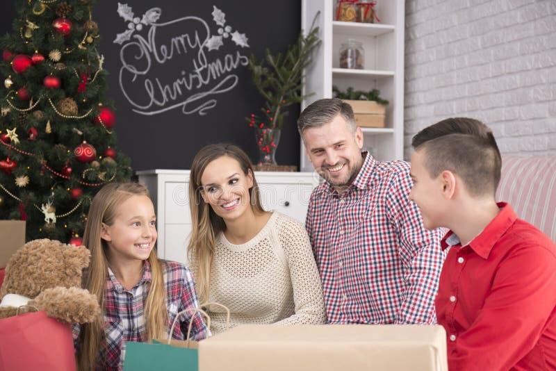 fira lycklig julfamilj arkivfoton